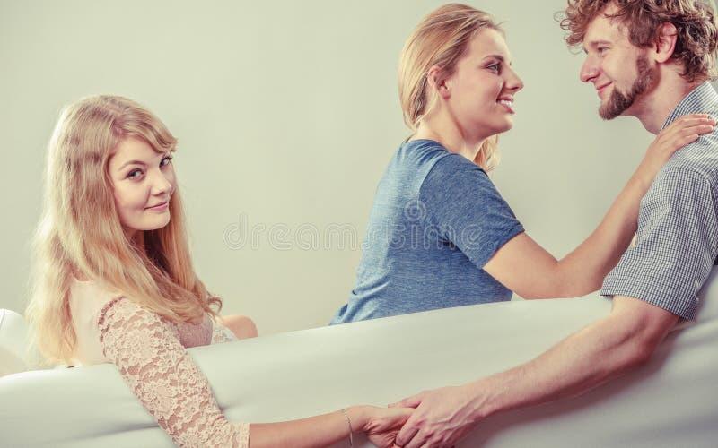 Przystojny mężczyzna zdradzać kobiety zdjęcia stock