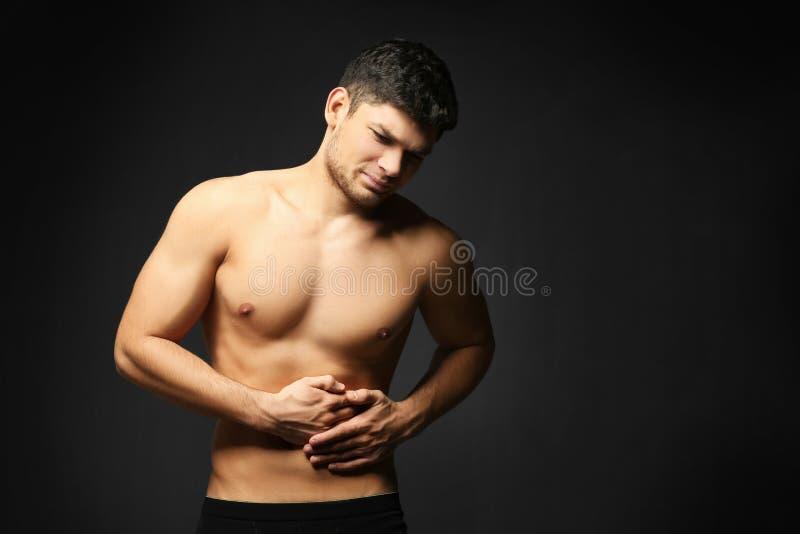 Przystojny młodego człowieka cierpienie od brzusznego bólu fotografia royalty free