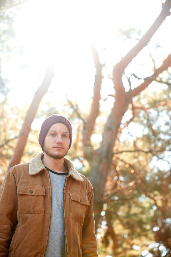 Przystojny młodego człowieka odprowadzenie w jesień lesie obrazy royalty free