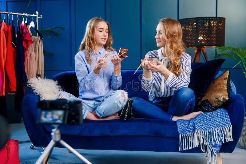 Przystojny młody żeński piękna blogger nagranie uzupełnia tutorial używa fachową kamerę obraz royalty free