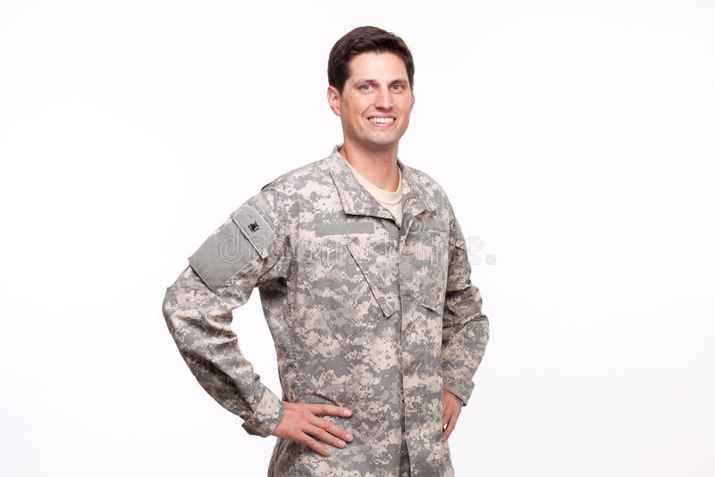 Przystojny młody żołnierz pozuje z rękami na biodrach zdjęcie royalty free