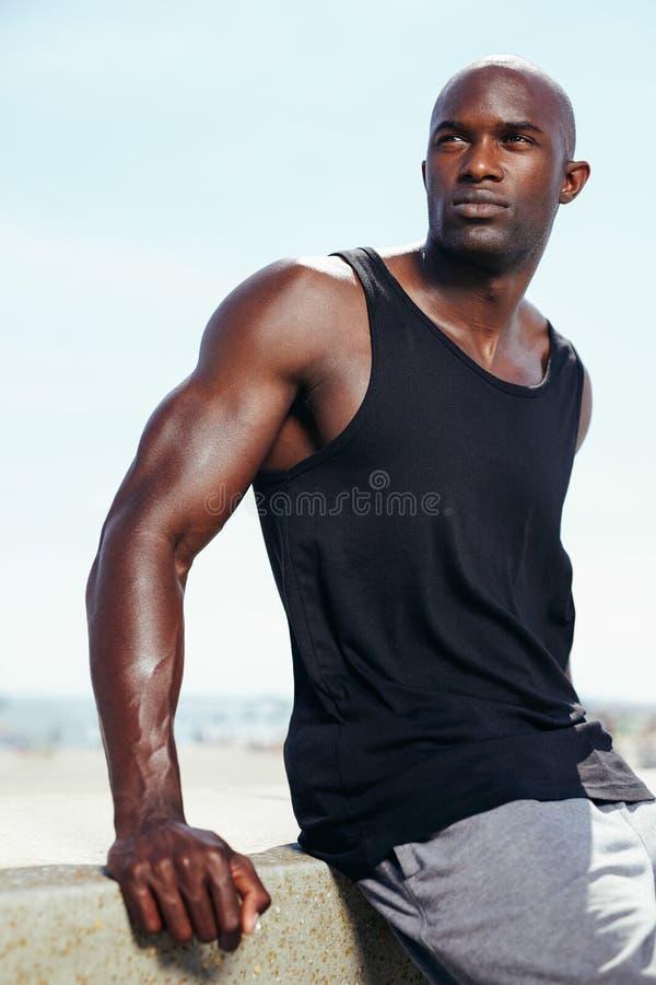 Przystojny młody afrykański samiec model patrzeje daleko od zdjęcie royalty free