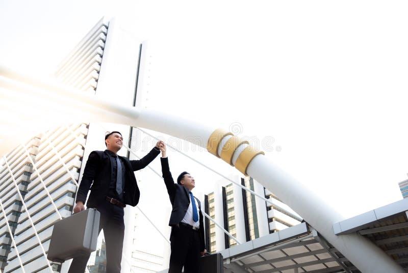 Przystojny młody biznesmen trzyma jego hand's szefa i podnosi lub zdjęcia stock
