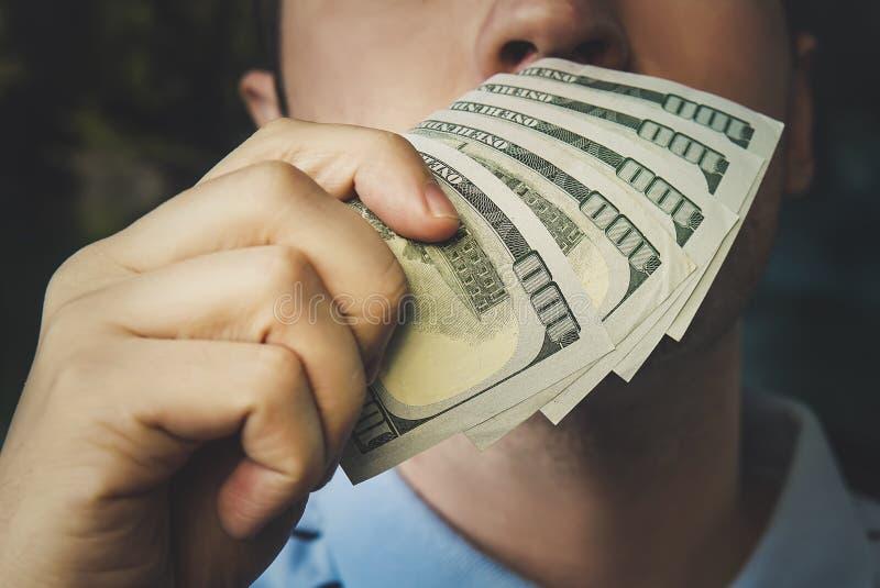 Przystojny młody biznesmena mienie i wąchać pieniądze obrazy royalty free