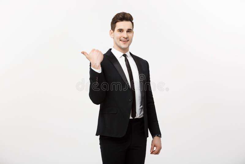 Przystojny młody biznesowego mężczyzna uśmiechu punktu szczęśliwy palec opróżniać odbitkową przestrzeń, biznesmen pokazuje wskazu fotografia stock
