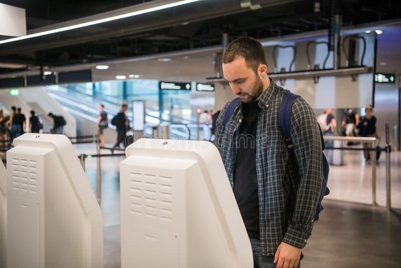 Przystojny młody brodaty mężczyzna robi jaźni - odprawa przy linią lotniczą sprawdza wewnątrz odpierającą maszynę zdjęcia stock