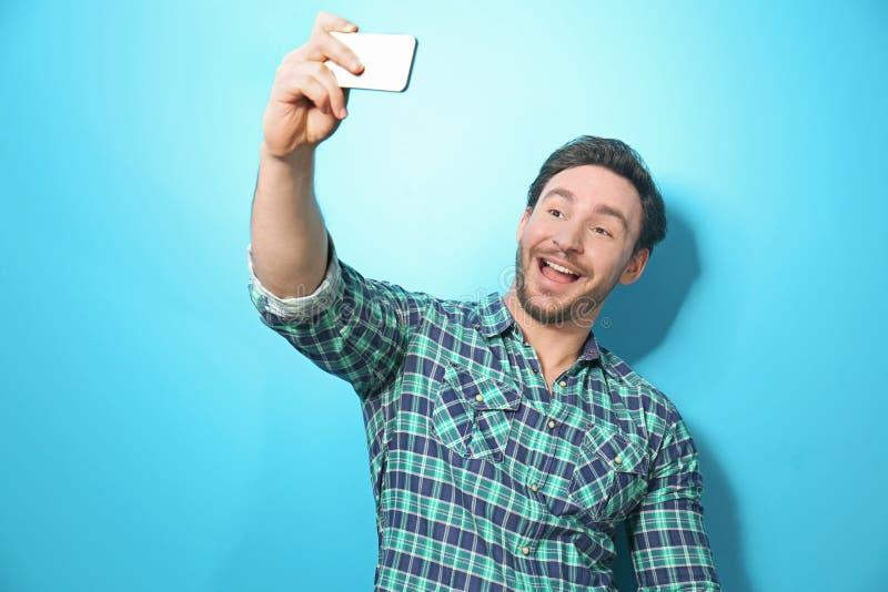 Przystojny młody człowiek bierze selfie zdjęcie royalty free