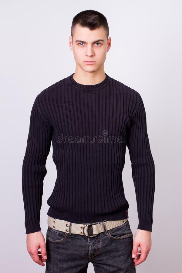 Przystojny młody człowiek jest ubranym czerni suknię obrazy royalty free