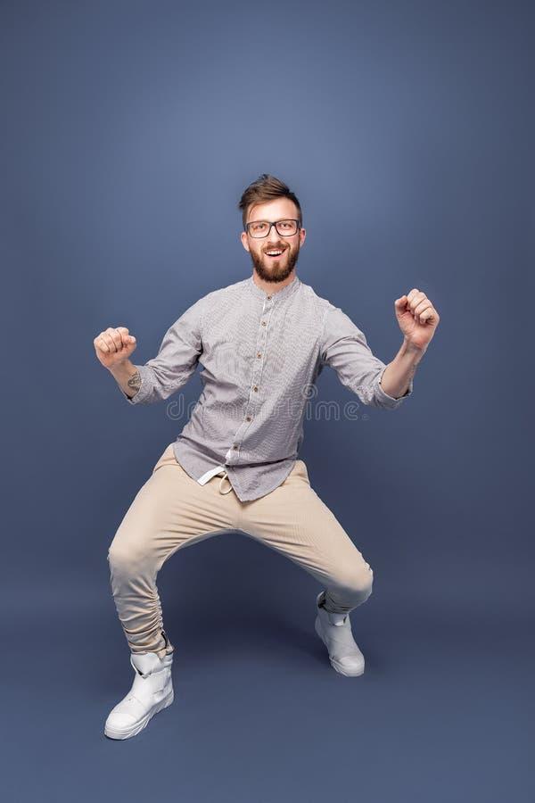 Przystojny młody człowiek w szkieł tanczyć zdjęcie stock