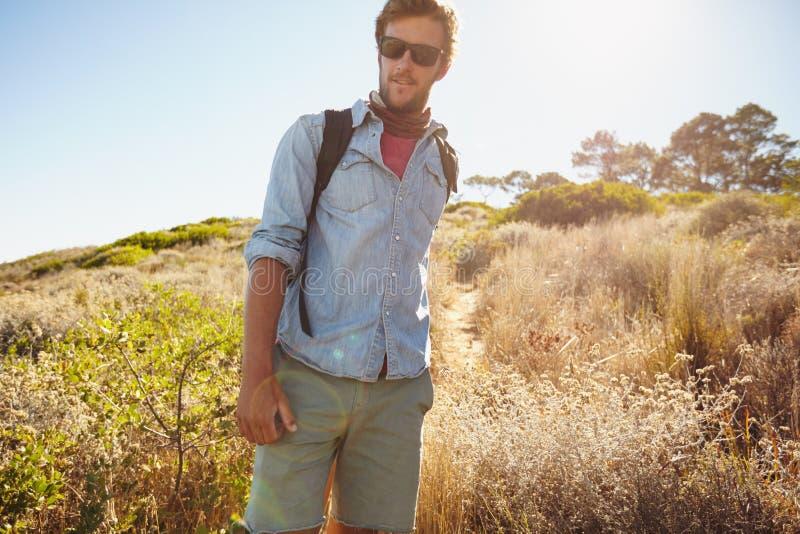 Przystojny młody człowiek wycieczkuje w naturze zdjęcia stock