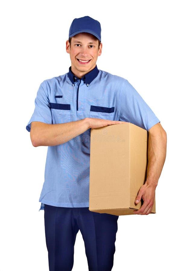Przystojny młody doręczeniowego mężczyzna mienia pudełko obraz stock