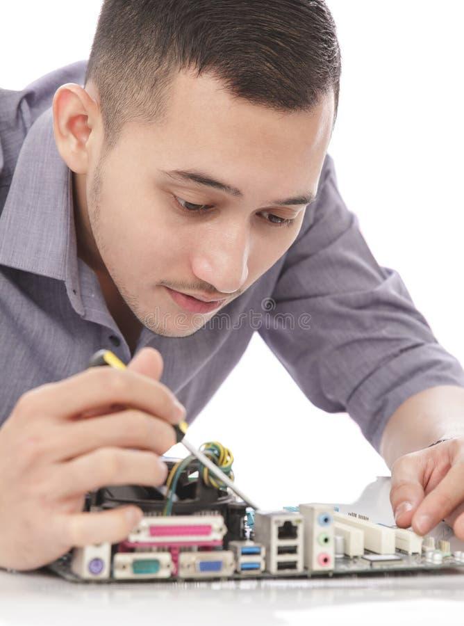 Przystojny młody technik załatwia komputerowego narzędzia zdjęcia stock