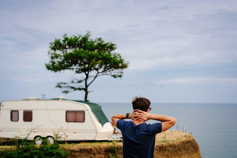 Przystojny, m?ody facet pozuje na dzikim seashore, fotografia royalty free