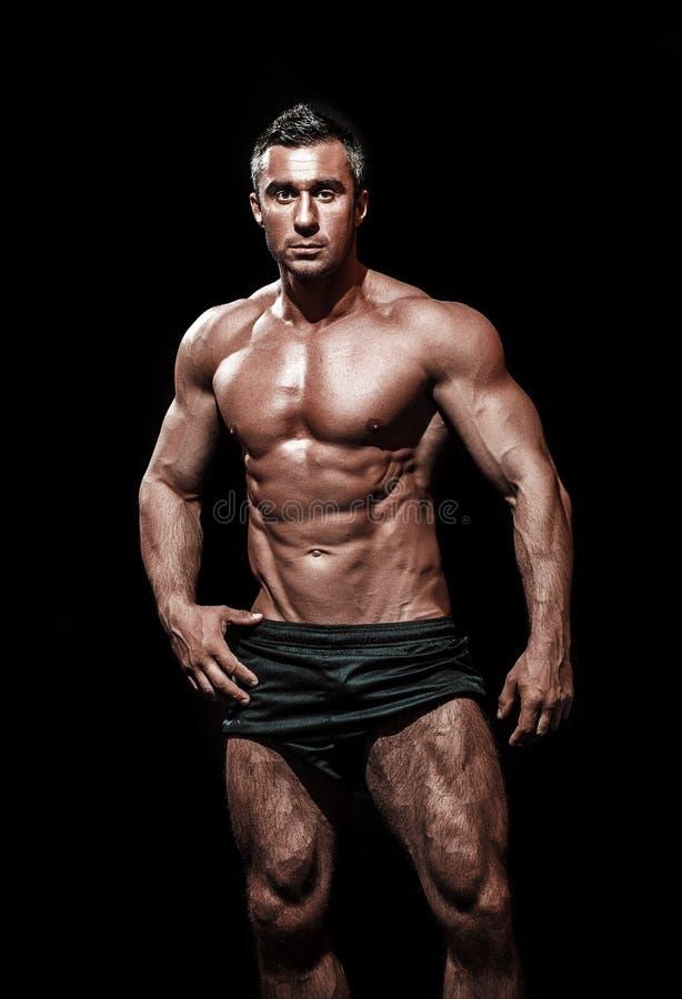 Przystojny mięśniowy bodybuilder pozować zdjęcia stock