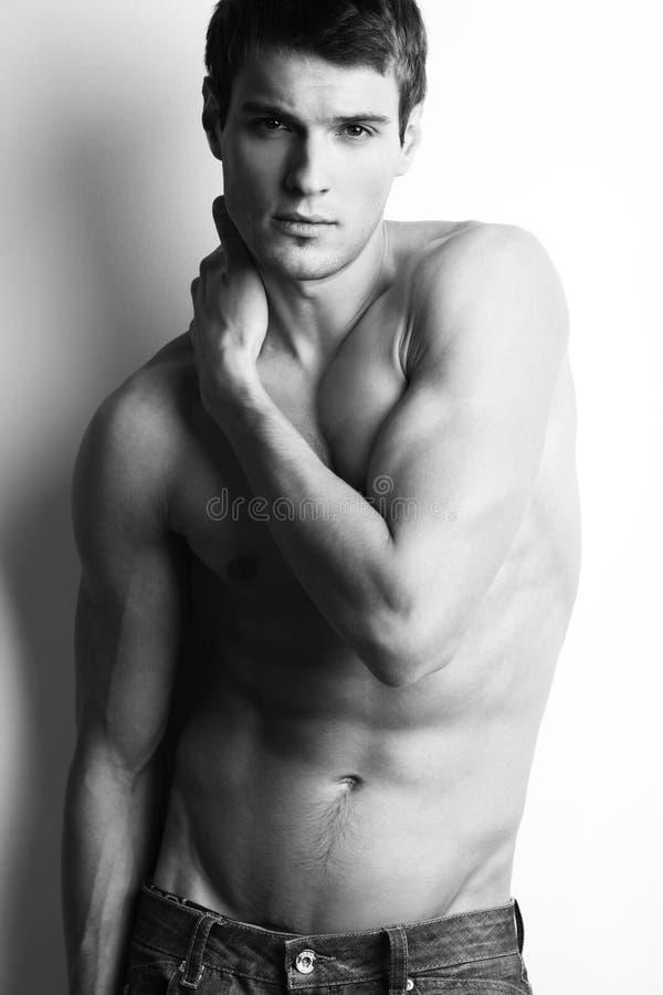 Przystojny mięśniowy facet z nagą półpostacią zdjęcie royalty free