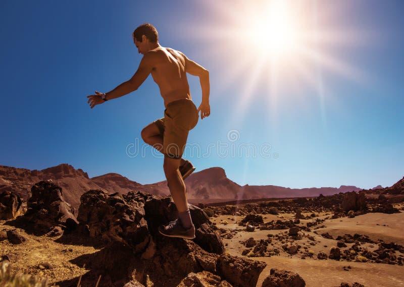 Przystojny, mięśniowy mężczyzna bieg na pustyni, obraz stock
