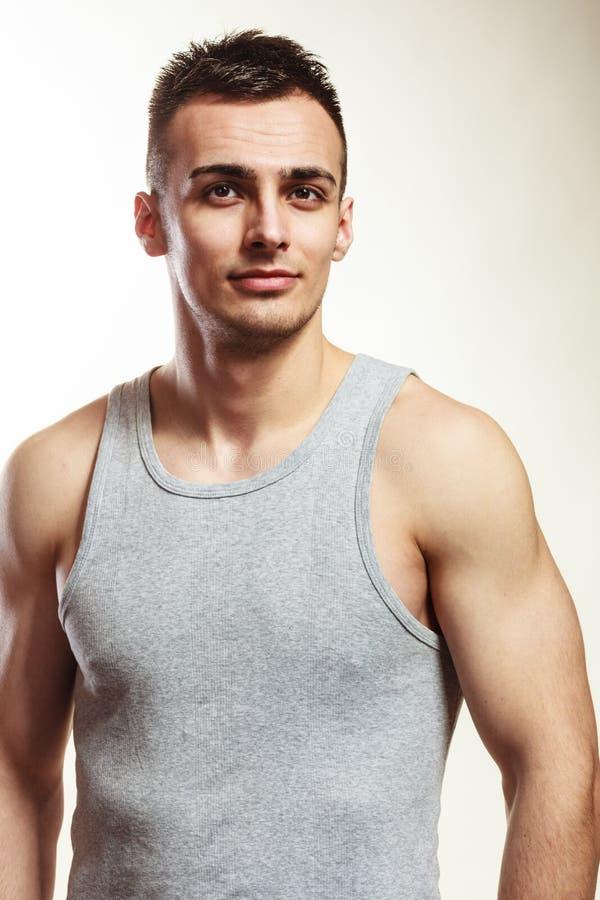 Przystojny mięśniowy sporty dysponowany mężczyzna portret zdjęcie royalty free