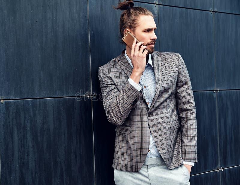 Przystojny moda modela mężczyzna ubierał w eleganckim kostiumu obraz stock