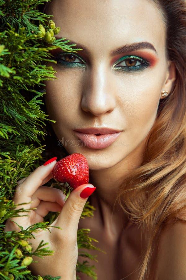 Przystojny model z perfect zielonym makeup patrzeje kamerę zdjęcie royalty free
