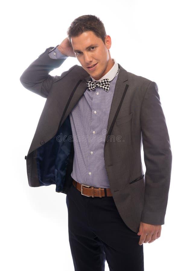 Przystojny modny młody człowiek drapa jego kierowniczego fotografia stock