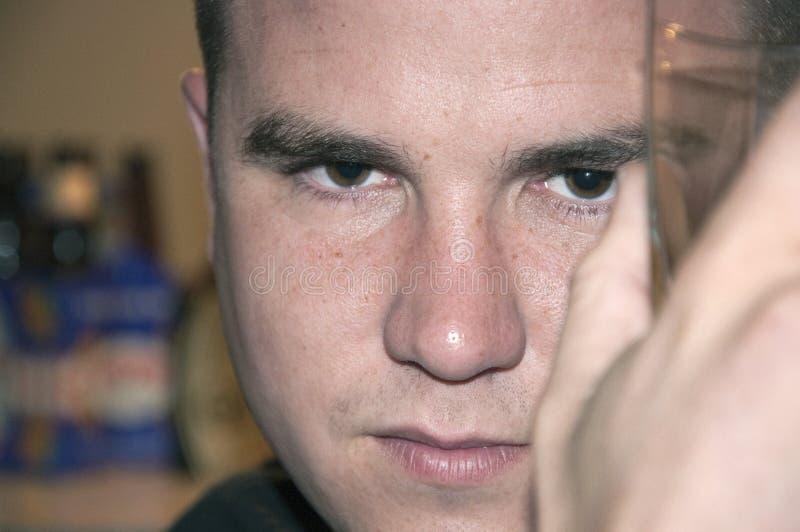 przystojny napoju mężczyzna zamknięty szklany przystojny fotografia stock