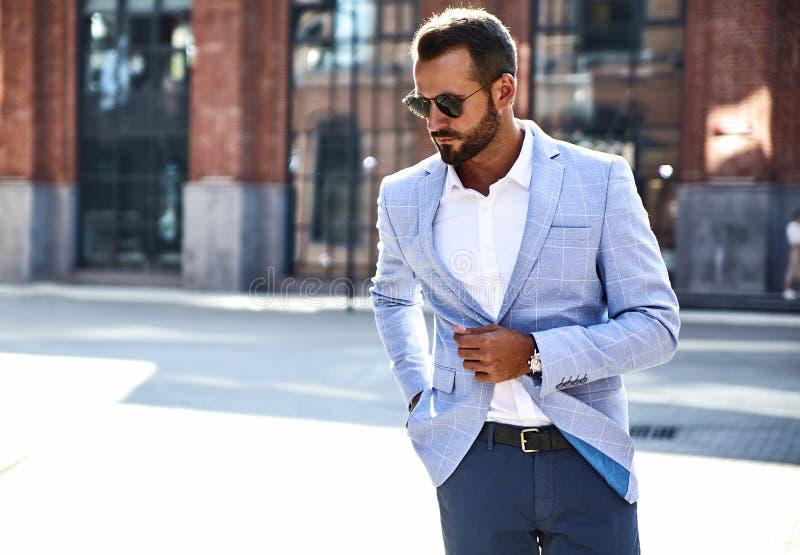 Przystojny nowożytny biznesmen pozuje na ulicznym tle zdjęcia stock