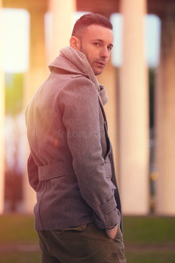 Przystojny nowożytny mężczyzna w mieście Zima mężczyzna moda obrazy stock