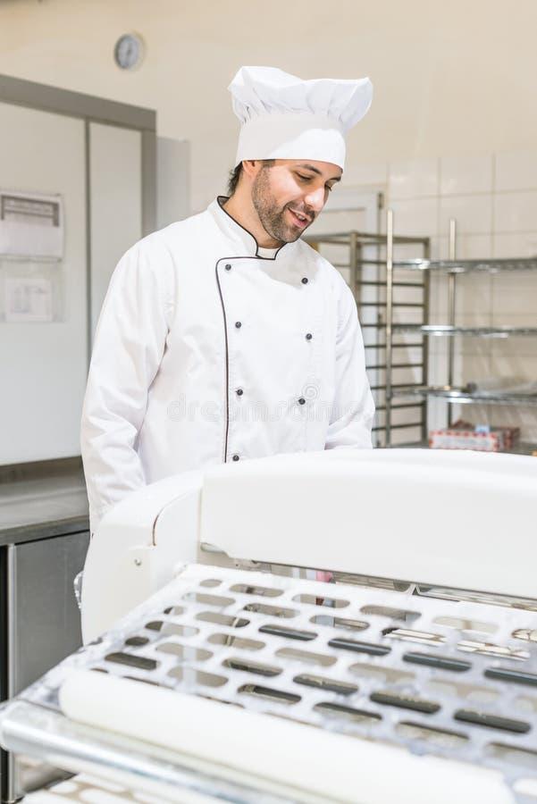 Przystojny piekarz w szefa kuchni mundurze zdjęcie royalty free