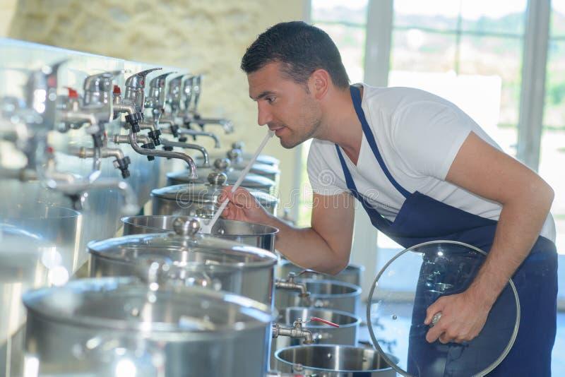 Przystojny piwowar pracuje przy piwną manufakturą obraz stock