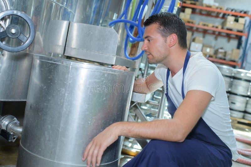 Przystojny piwowar w mundurze przy piwną manufakturą obrazy royalty free