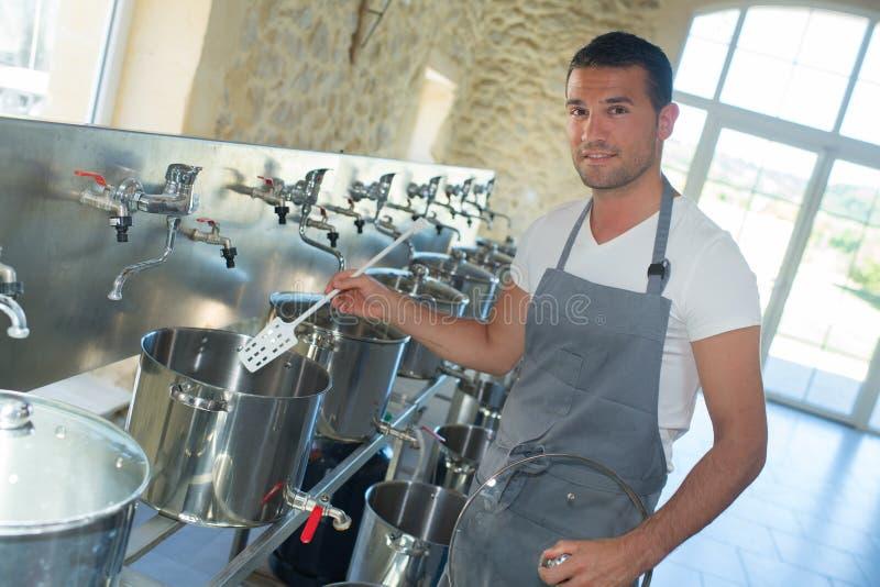 Przystojny piwowar w mundurze przy piwną manufakturą zdjęcia royalty free