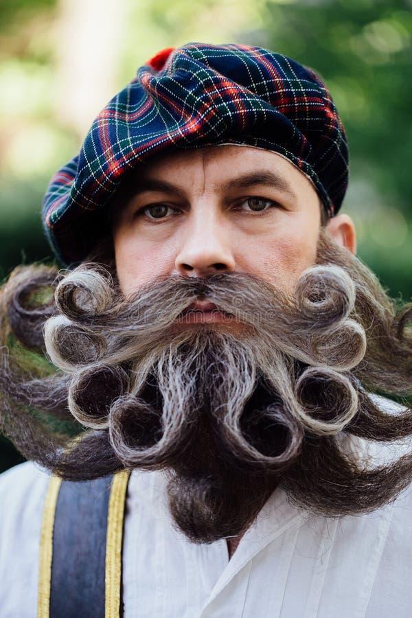 Przystojny portret odważny Scot z zadziwiającym wąsy i brodą fryzuje w Węgierskim stylu obraz royalty free
