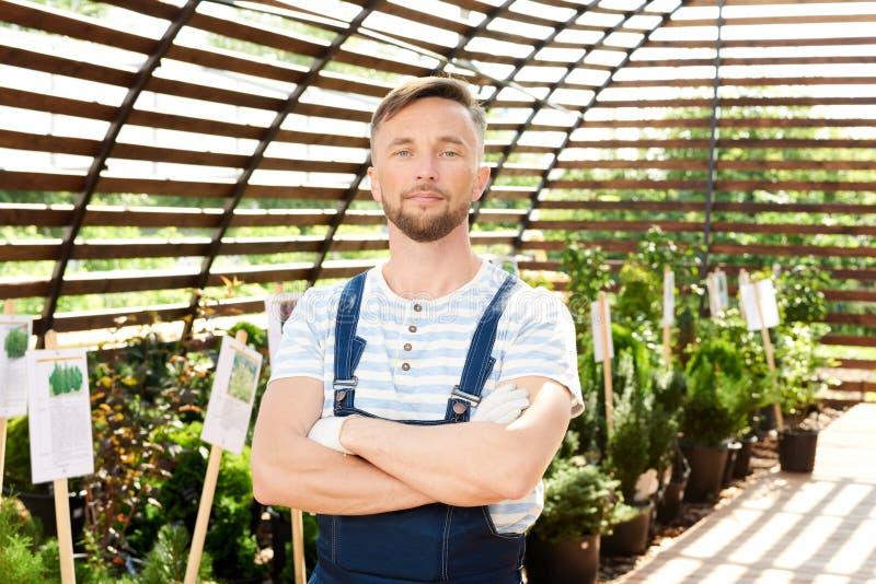 Przystojny pracownik w ogródzie zdjęcia stock