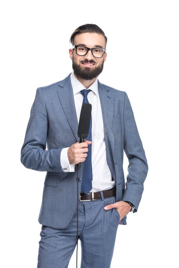 przystojny prezenter telewizyjny w kostiumu mienia mikrofonie, zdjęcia royalty free