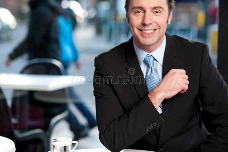 Przystojny rozochocony doświadczony biznesmen zdjęcie royalty free