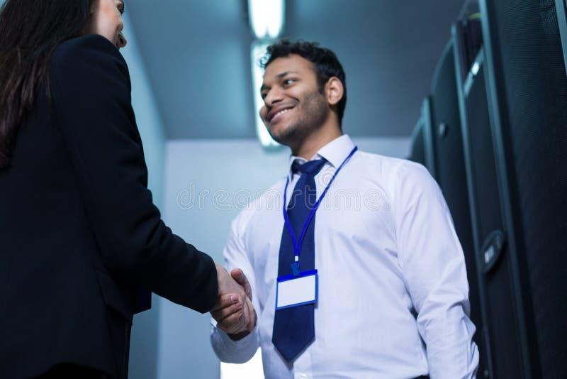 Przystojny rozochocony mężczyzna powitanie jego nowy kolega obraz stock