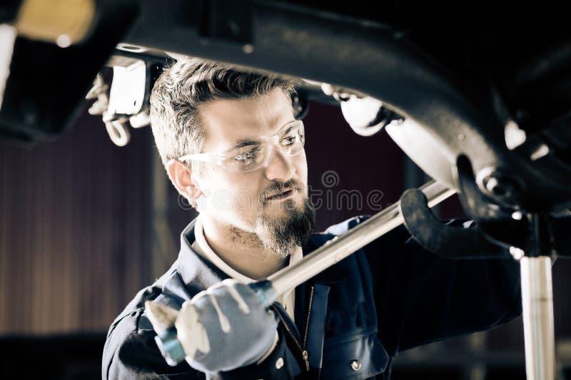 Przystojny samochodowy mechanik obrazy royalty free