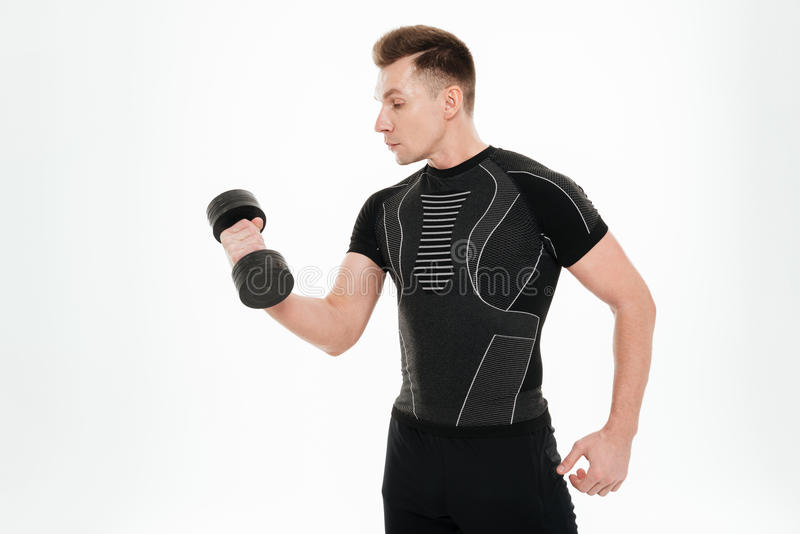 Przystojny silny sportowiec robi sportów ćwiczeniom z dumbbell obraz stock