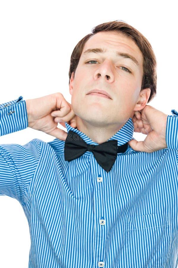 Przystojny staromodny dżentelmen przystosowywa jego łęku krawat obrazy royalty free