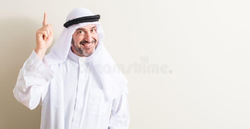 Przystojny starszy arabski mężczyzna w domu zdjęcia royalty free