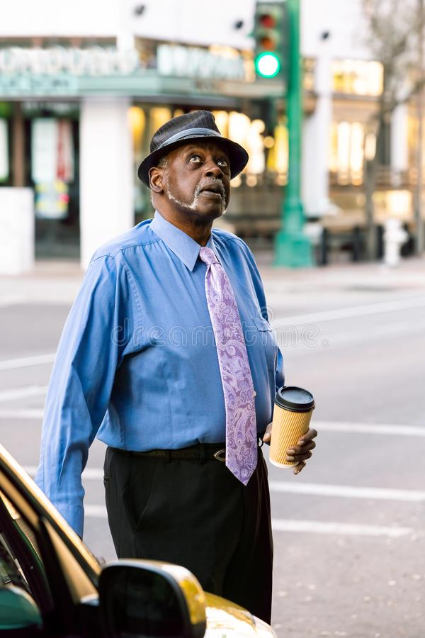 Przystojny Starszy mężczyzna Przyglądający W górę fotografia royalty free