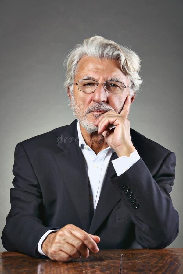 Przystojny starszy mężczyzna z ostrym spojrzeniem obraz stock
