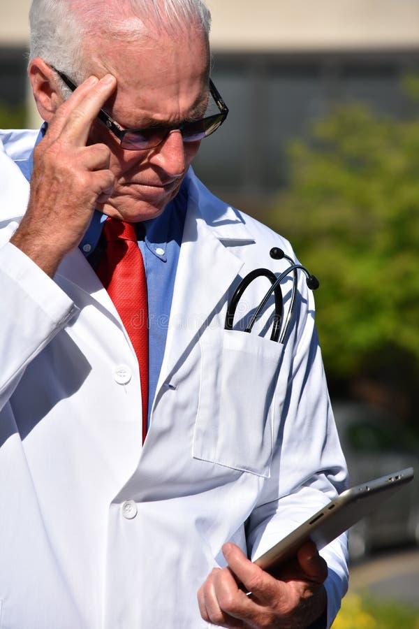 Przystojny Starszy Męski studenta medycynego główkowanie Jest ubranym Lab żakiet Przy szpitalem zdjęcia royalty free