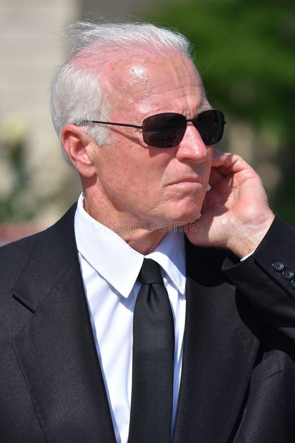 Przystojny starszy rangą ochroniarz strażnika przesłuchanie Jest ubranym okulary przeciwsłonecznych zdjęcia stock