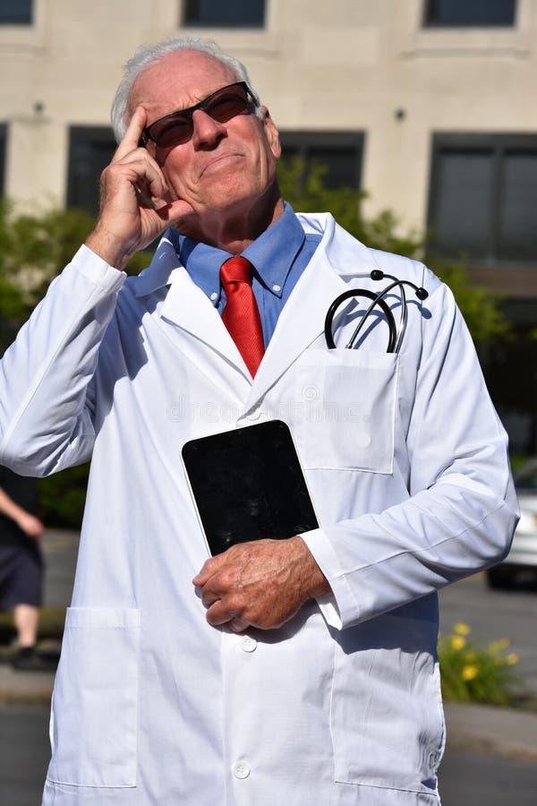 Przystojny Starszy samiec lekarki główkowanie Jest ubranym Lab żakiet Przy szpitalem fotografia stock