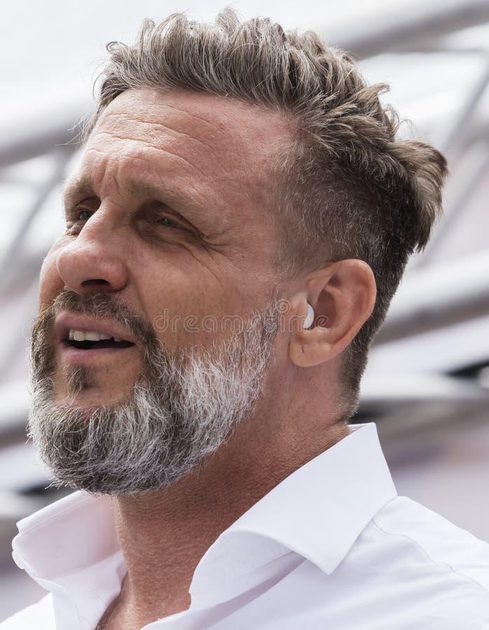 2019: Przystojny stary mężczyzna uczęszcza Gay Pride paradę także znać jako Christopher dnia Uliczny CSD w Monachium, Niemcy obraz stock