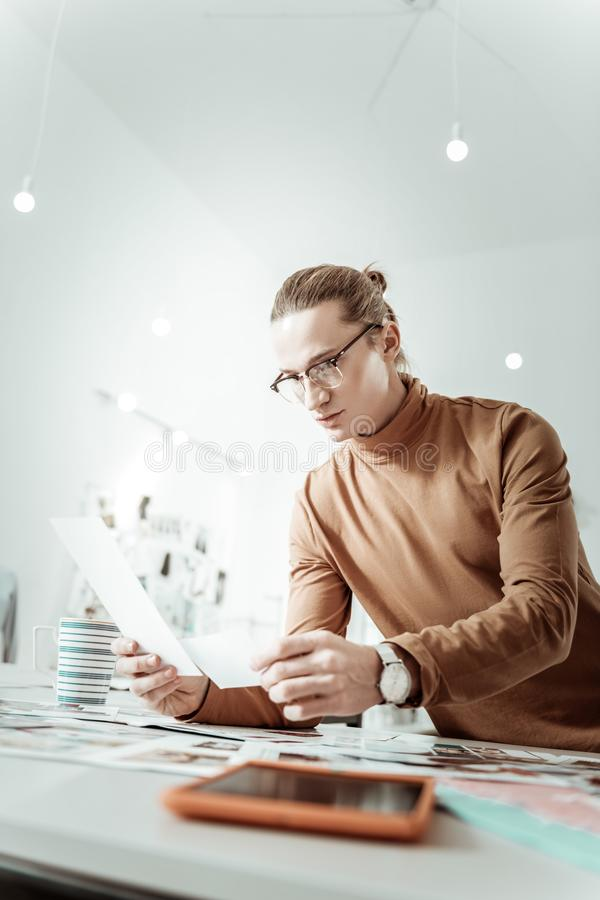 Przystojny stylista patrzeje koncentrujący od pokolenia Y w eyewear obraz royalty free