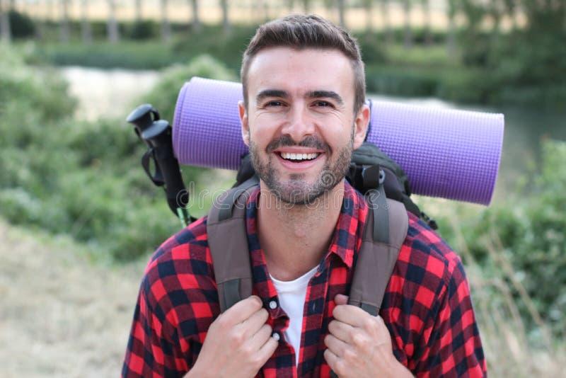 Przystojny szczęśliwy podróżnik z przygotowanym plecakiem zdjęcia royalty free