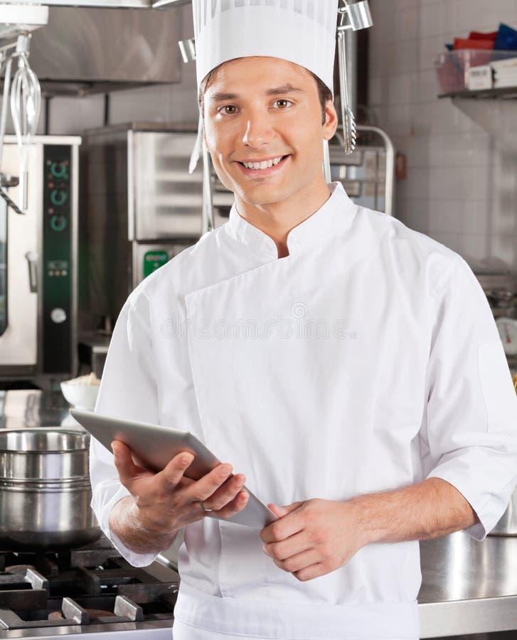 Przystojny szef kuchni Z pastylka komputerem zdjęcie stock