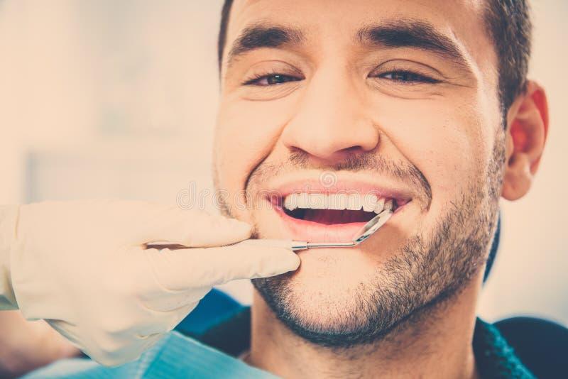 Przystojny uśmiechnięty mężczyzna przy dentysta operacją obrazy royalty free